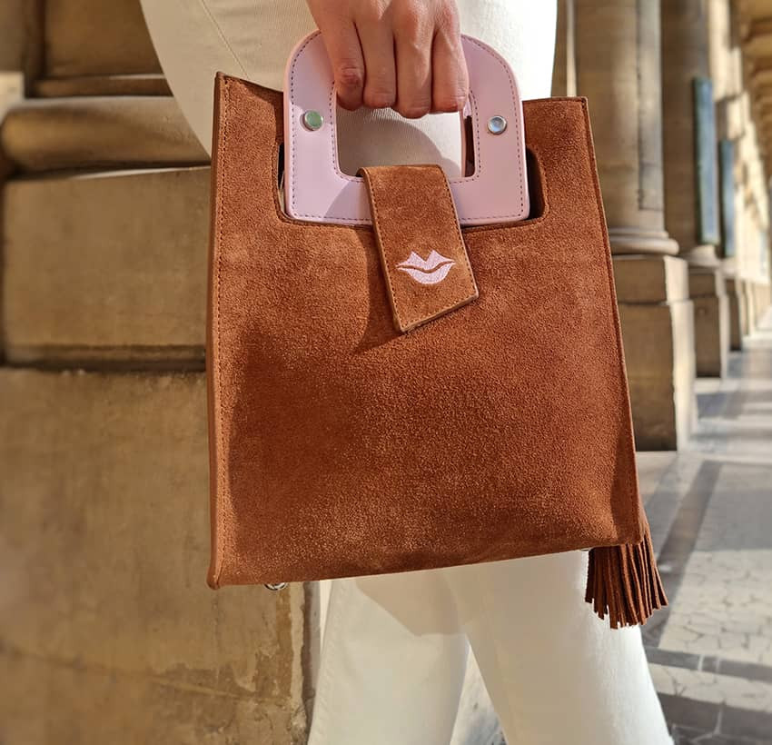 Sac en cuir camel daim ARTISTE, broderie bouche et anses rose, vue 2 |Gloria Balensi