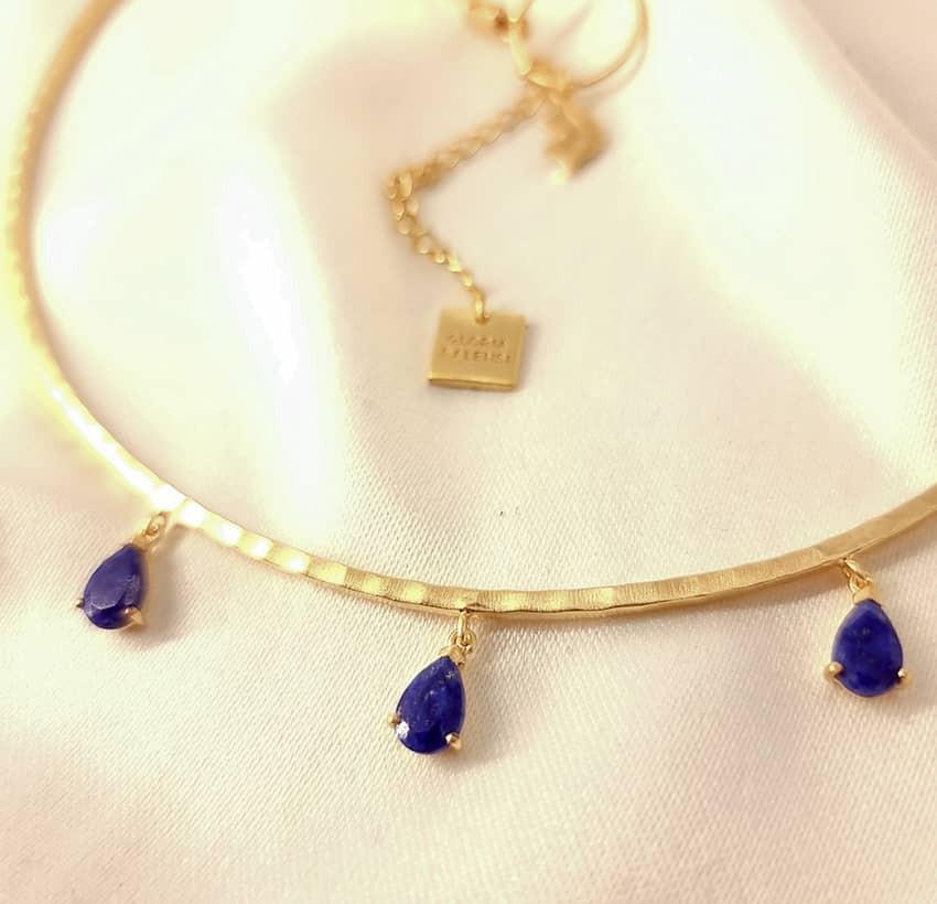 Collier torque NAYA avec Lapis Lazuli, vue zoom sur pierre 2 | Gloria Balensi