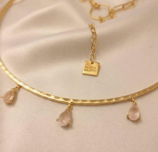 NAYA torque necklace with pink quartz, view zoom on stone 2 | Gloria Balensi