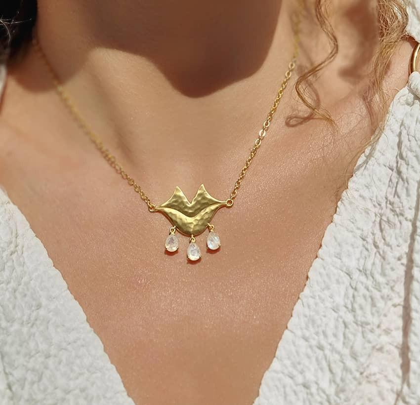 Collier chaîne VENUS avec pierre de lune, vue portée   Gloria Balensi