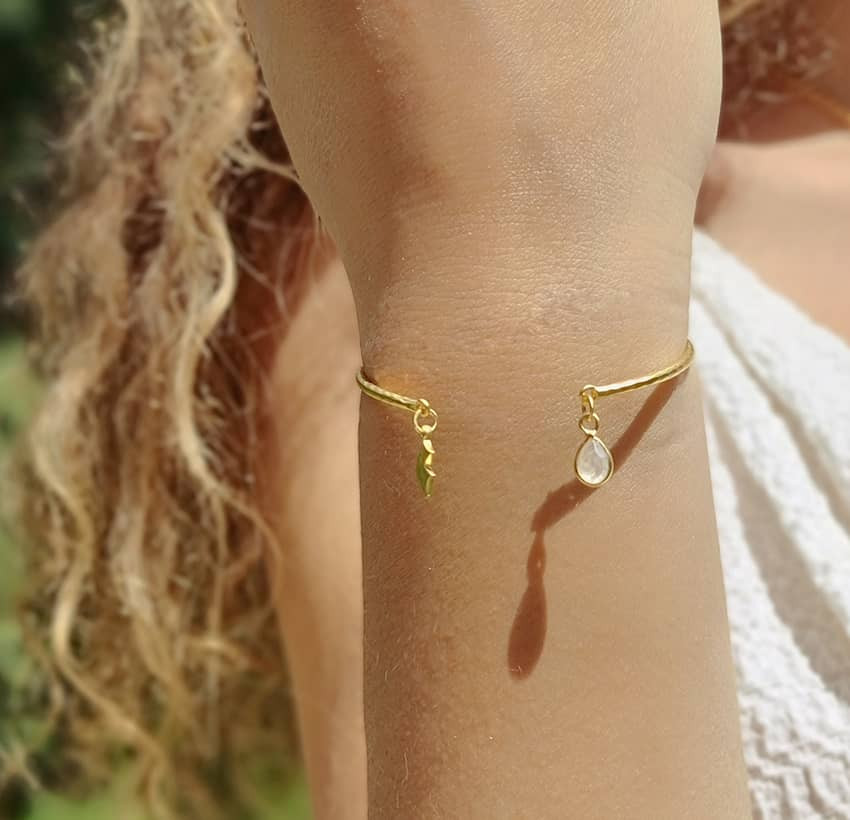 Bracelet Jonc plaqué or AVA avec pierre de lune, vue portée| Gloria Balensi
