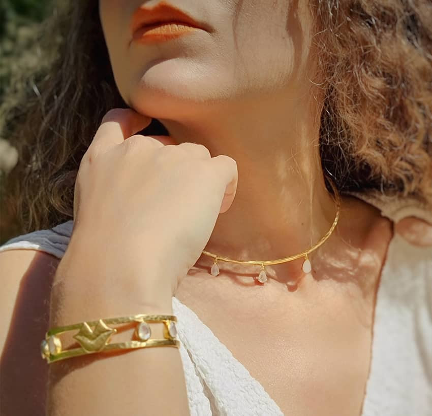 Bracelet jonc plaqué or OLYMPE avec pierre de lune, vue portée | Gloria Balensi
