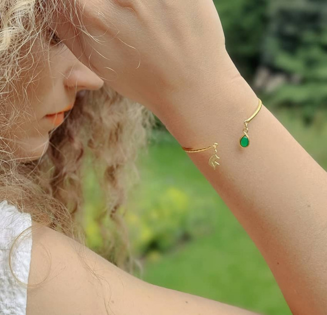 Bracelet Jonc plaqué or AVA avec pierre naturelle en Onyx vert, vue portée | Gloria Balensi