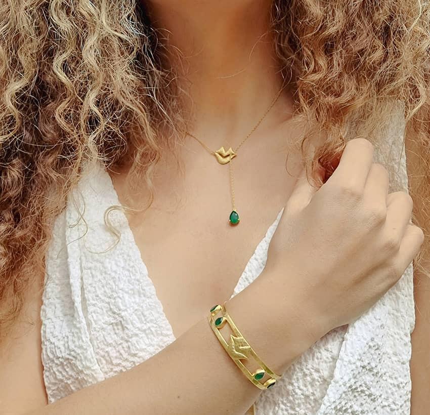 Bracelet jonc plaqué or OLYMPE avec Onyx vert, vue portée | Gloria Balensi