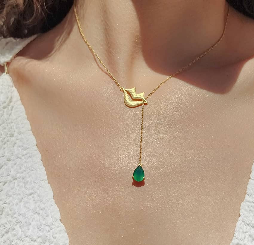 Collier chaîne HÉRA avec Onyx vert, vue portée | Gloria Balensi