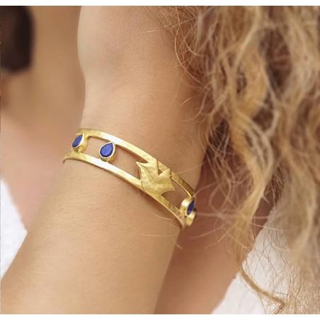 Bracelet jonc plaqué or OLYMPE avec Lapis lazuli, vue portée | Gloria Balensi