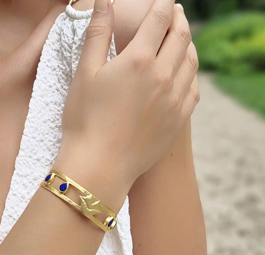 Bracelet jonc plaqué or OLYMPE avec Lapis lazuli, vue portée 2 | Gloria Balensi
