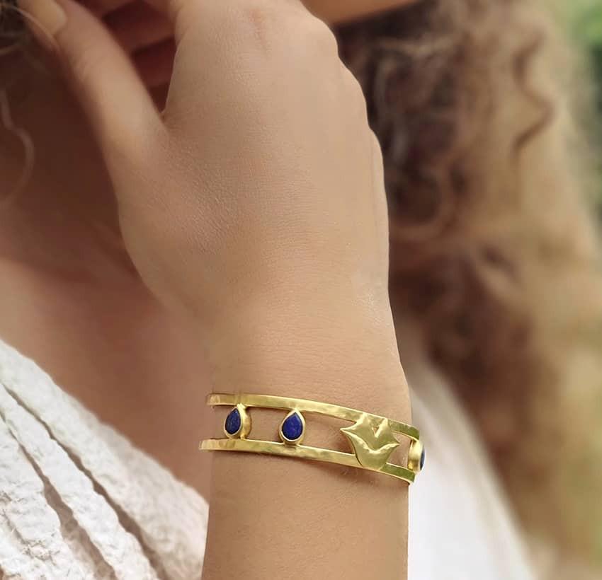 Bracelet jonc plaqué or OLYMPE avec Lapis lazuli, vue portée 3 | Gloria Balensi
