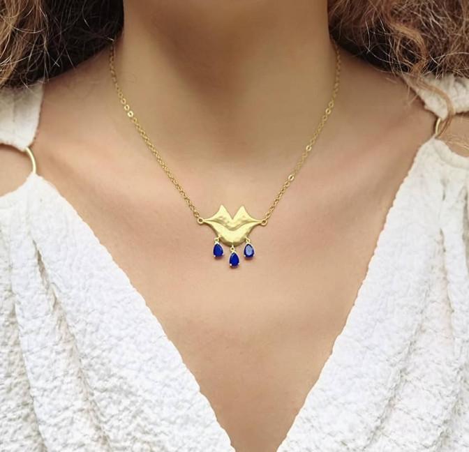 Collier chaîne VENUS avec Lapis lazuli vue portée | Gloria Balensi