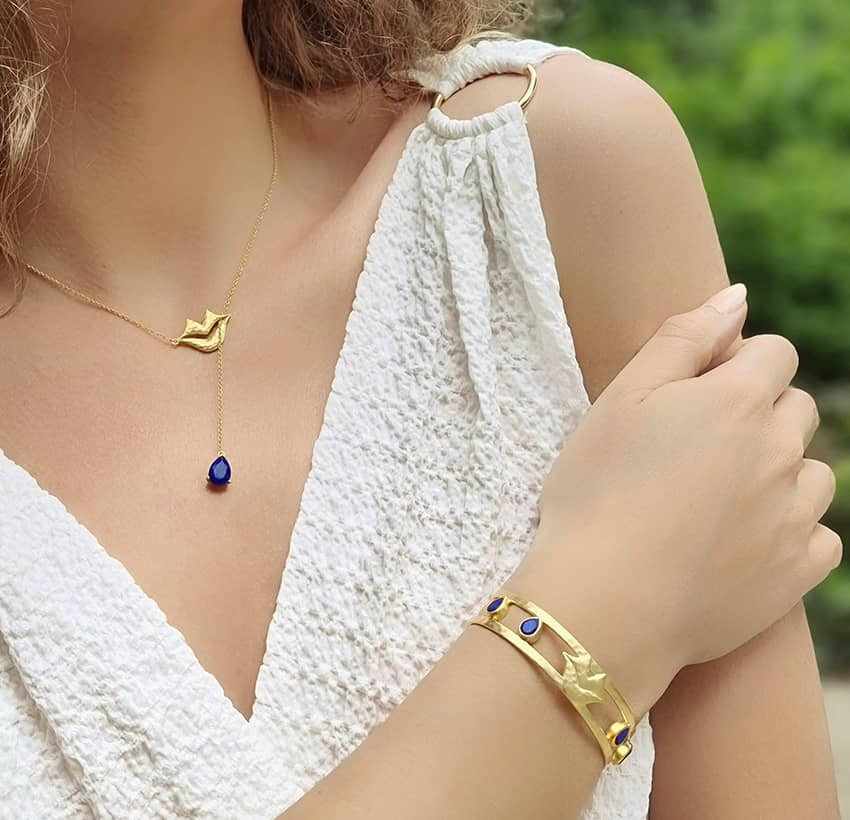 Collier chaîne HÉRA avec lapis lazuli, vue portée 2   Gloria Balensi