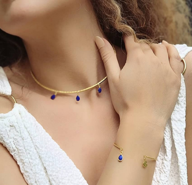 Bracelet Jonc plaqué or AVA avec Lapis lazuli, vue portée  Gloria Balensi