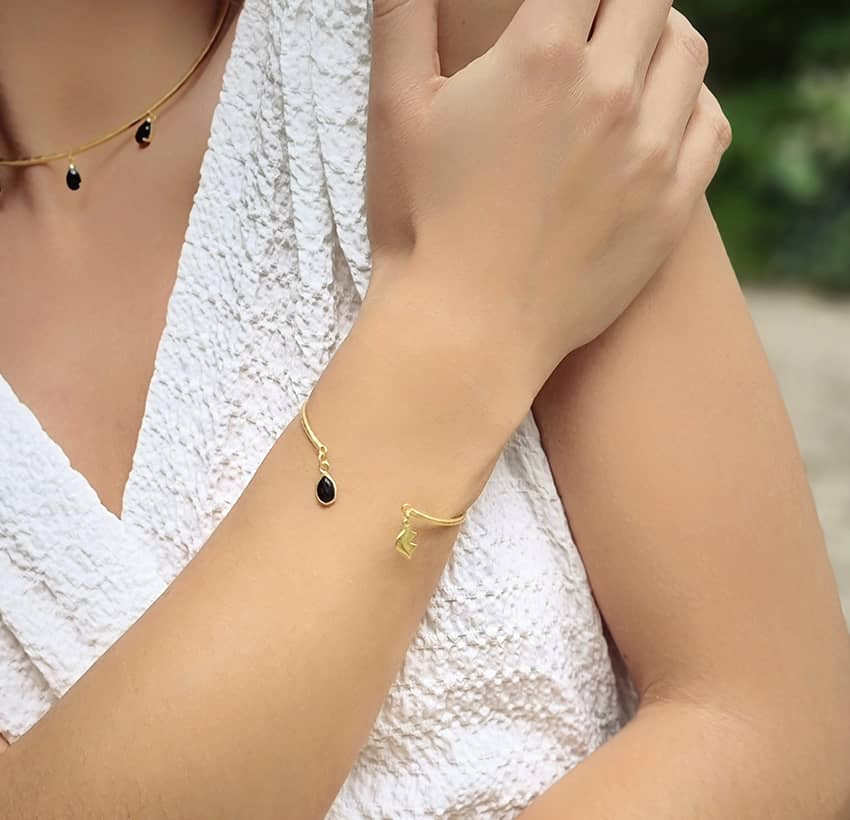 Bracelet Jonc plaqué or AVA avec Onyx noir, vue portée 2 | Gloria Balensi