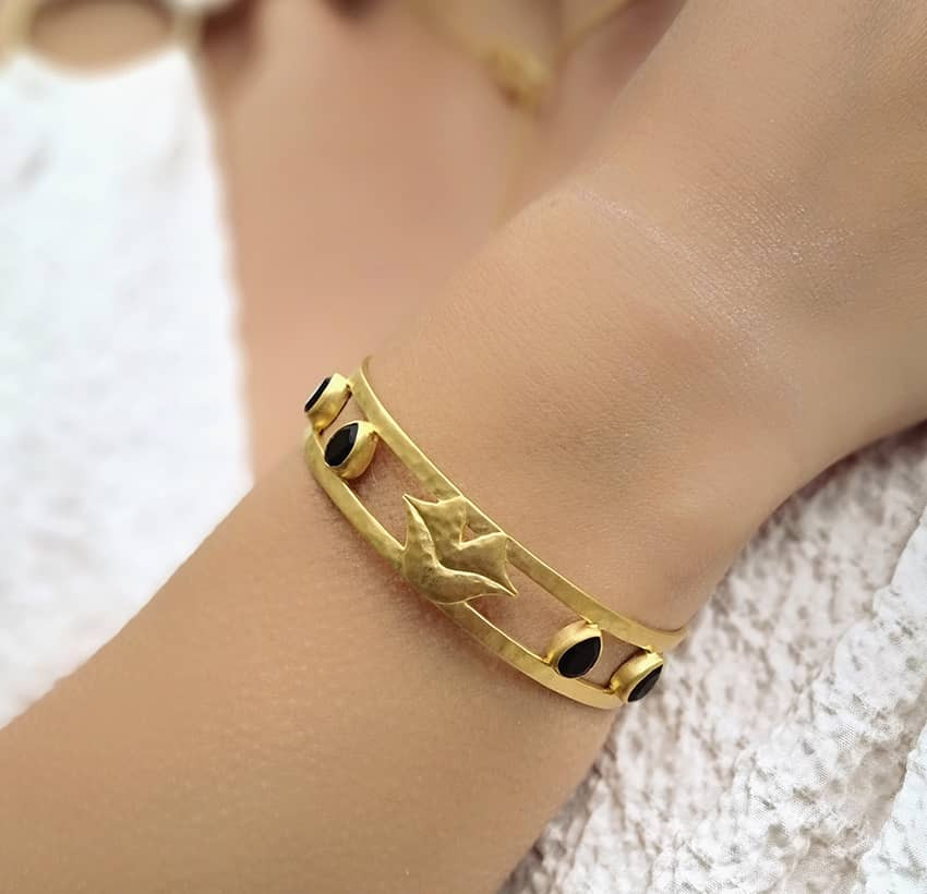 Bracelet jonc plaqué or OLYMPE avec Onyx noir, vue portée 2| Gloria Balensi