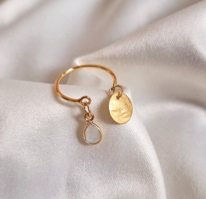 Bague plaqué or AVA avec charms, pierre de lune et et pampille dorée, vue devant 2   Gloria Balensi