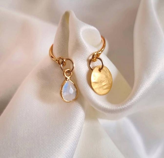 Bague plaqué or AVA avec charms, pierre de lune et et pampille dorée, vue lifestyle   Gloria Balensi