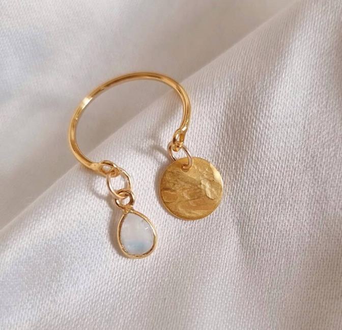 Bague plaqué or AVA avec charms, pierre de lune et et pampille dorée, vue devant | Gloria Balensi