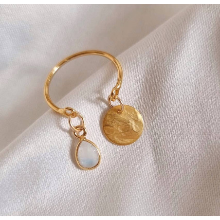 Bague plaqué or AVA avec charms, pierre de lune et et pampille dorée, vue devant   Gloria Balensi