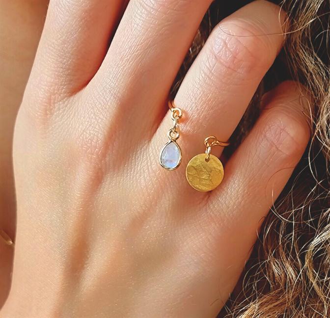 Bague plaqué or AVA avec charms, pierre de lune et et pampille dorée, vue portée   Gloria Balensi