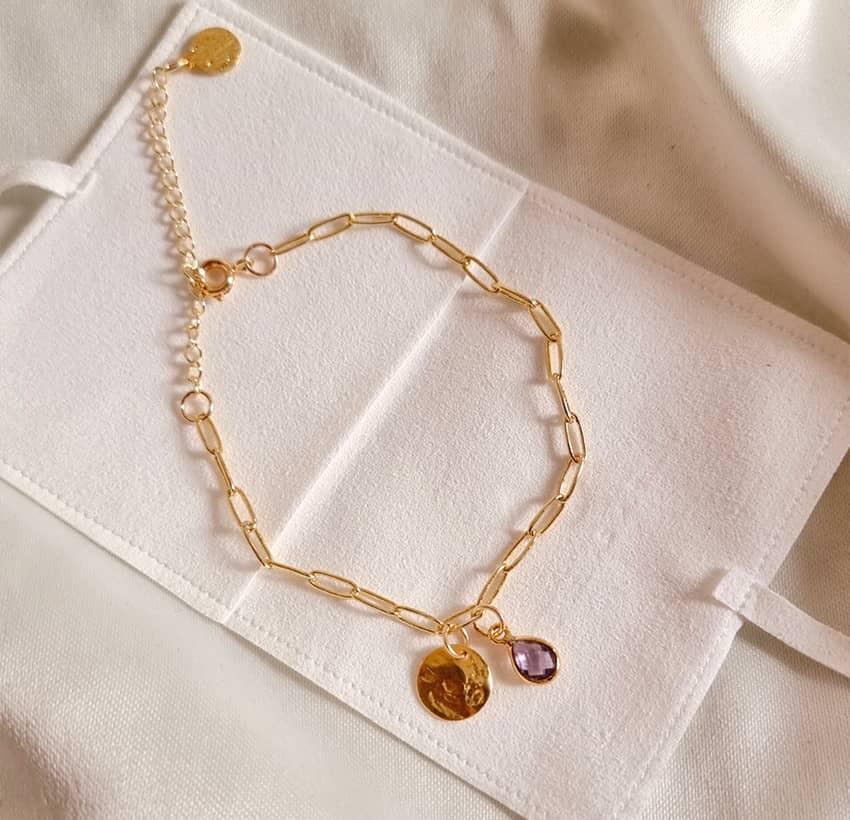Bracelet chaîne plaqué or MAYA avec charms, Améthyste et pampille dorée , vue lifestyle   Gloria Balensi