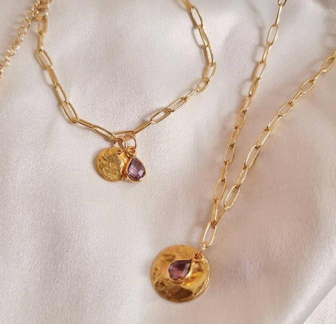 Bracelet chaîne plaqué or MAYA avec charms, Améthyste et pampille dorée , vue avec collier chaîne plaqué or MAYA  Gloria Balensi