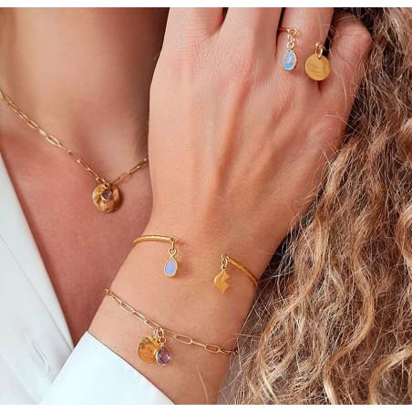 Bracelet chaîne plaqué or MAYA avec charms, Améthyste et pampille dorée , vue lifestyle 2   Gloria Balensi