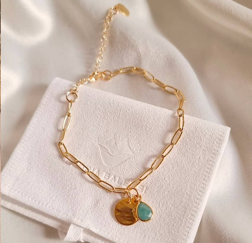 Bracelet chaîne plaqué or MAYA avec charms, amazonite et médaille, vue devant  | Gloria Balensi