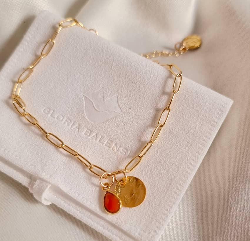 Bracelet chaîne plaqué or MAYA avec charms, Onyx rouge et médaille, vue devant  | Gloria Balensi