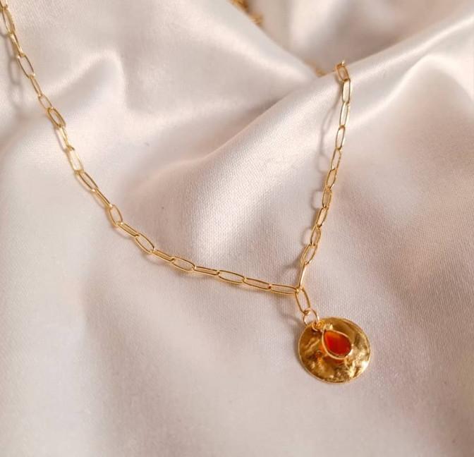 Collier maillons plaqué or MAYA,  médaille et Onyx rouge, vue lifestyle| Gloria Balensi