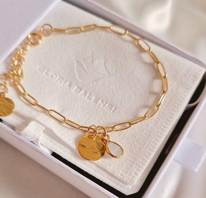 Bracelet chaîne plaqué or MAYA avec charms, pierre de lune et médaille, vue devant  | Gloria Balensi