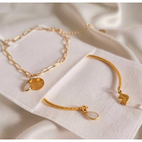 Bracelet chaîne plaqué or MAYA avec charms, pierre de lune et médaille, vue lifestyle  | Gloria Balensi