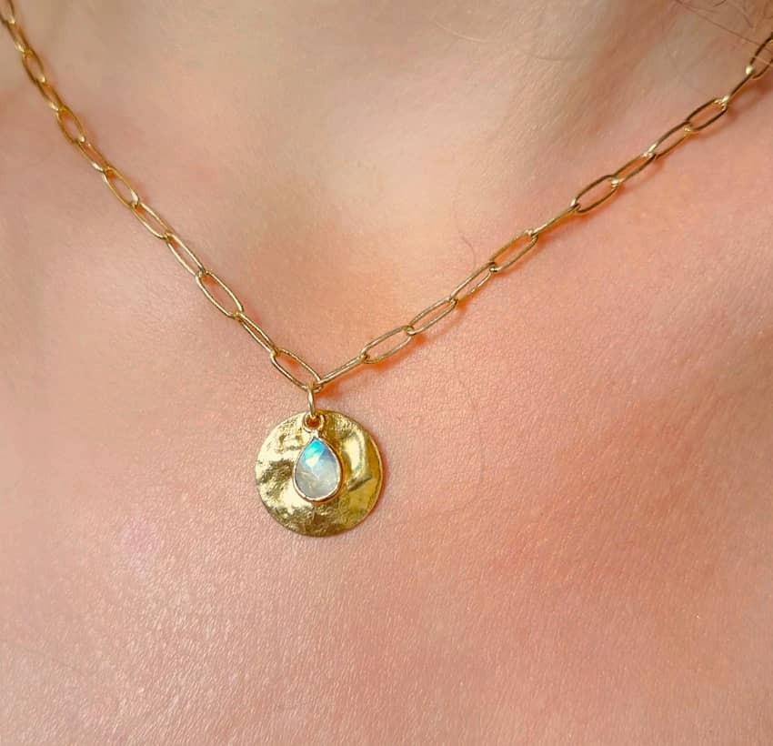 Collier maillons plaqué or MAYA,  médaille et pierre de lune, vue devant| Gloria Balensi