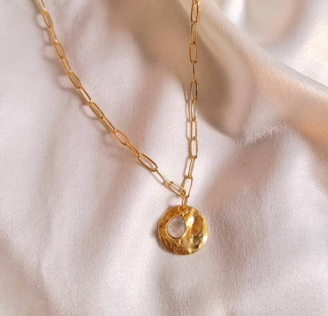 Collier maillons plaqué or MAYA,  médaille et pierre de lune, vue lifestyle| Gloria Balensi