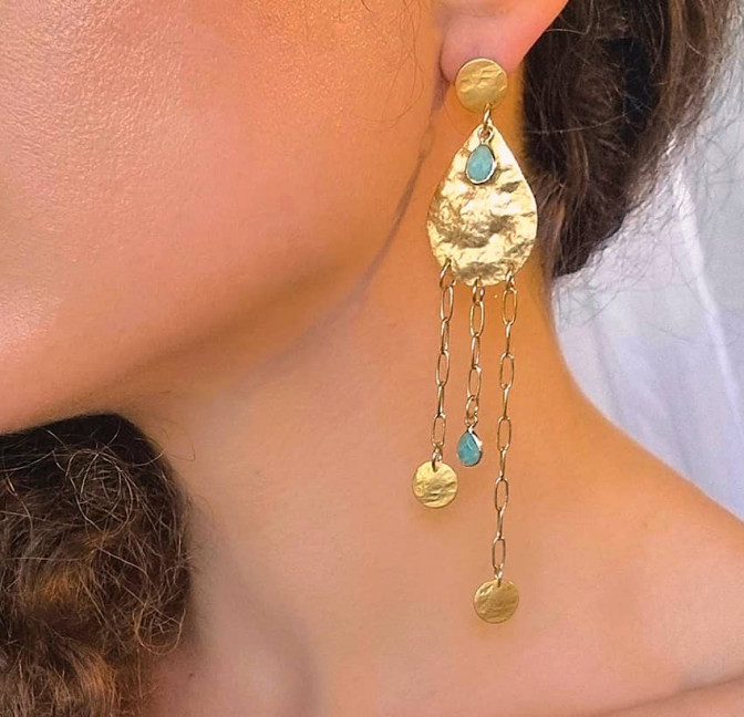 Boucles d'oreilles plaqué or LUNA, amazonite et médailles, vue de profil | Gloria Balensi