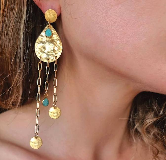 Boucles d'oreilles plaqué or LUNA, amazonite et médailles, zoom vue | Gloria Balensi