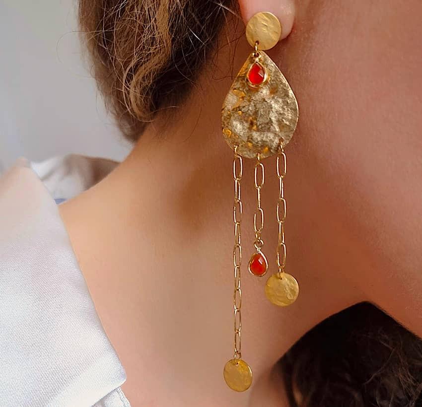 Boucles d'oreilles plaqué or LUNA, Onyx rouge et médailles, vue de profil 1 | Gloria Balensi