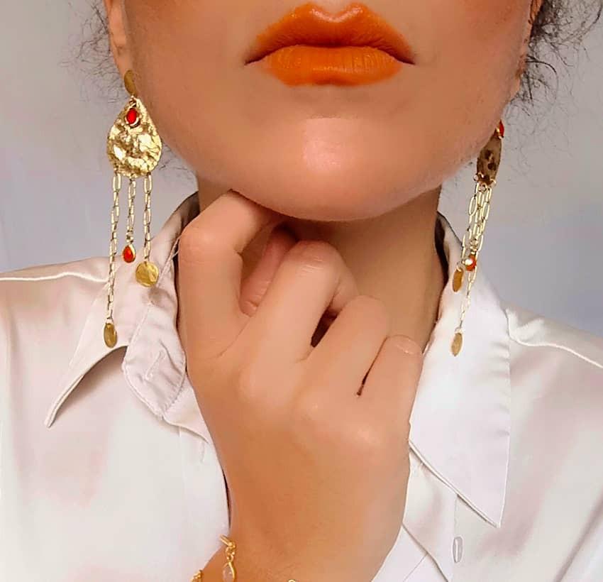 Boucles d'oreilles plaqué or LUNA, Onyx rouge et médailles, vue de face 2 | Gloria Balensi