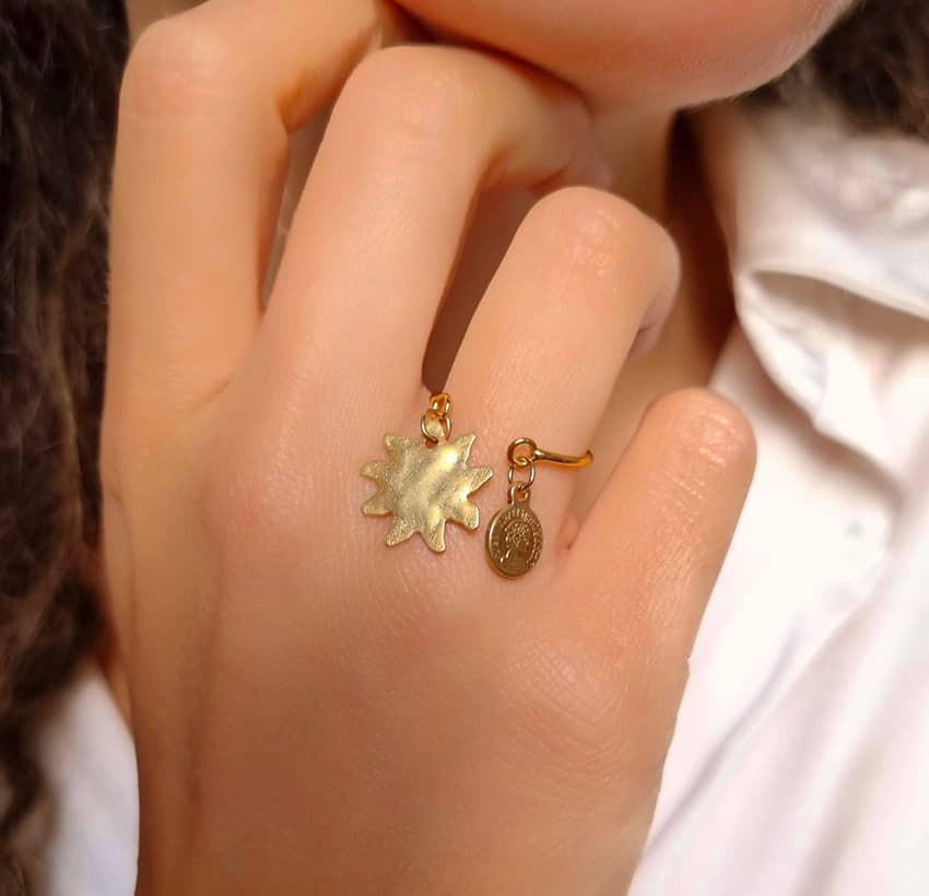 Bague plaqué or avec charms, soleil et pampille dorée, vue lifestyle | Gloria Balensi