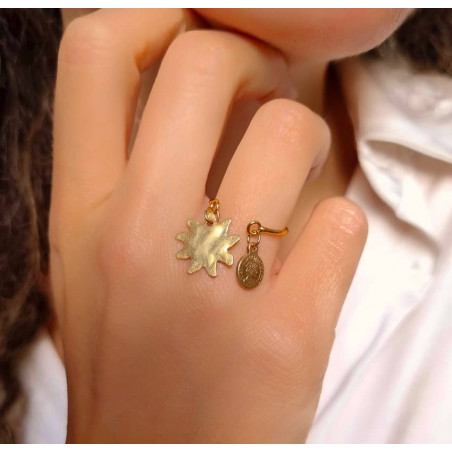 Gold-plated ring with charms, sun and gold pendant, lifstyle view 2| Gloria Balensi