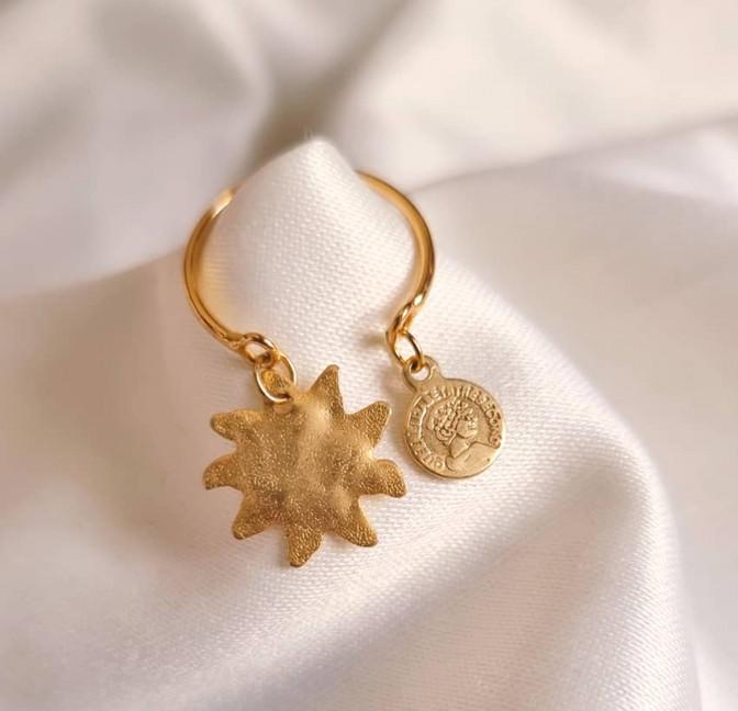 Bague plaqué or avec charms, soleil et pampille dorée, vue lifestyle 2  Gloria Balensi