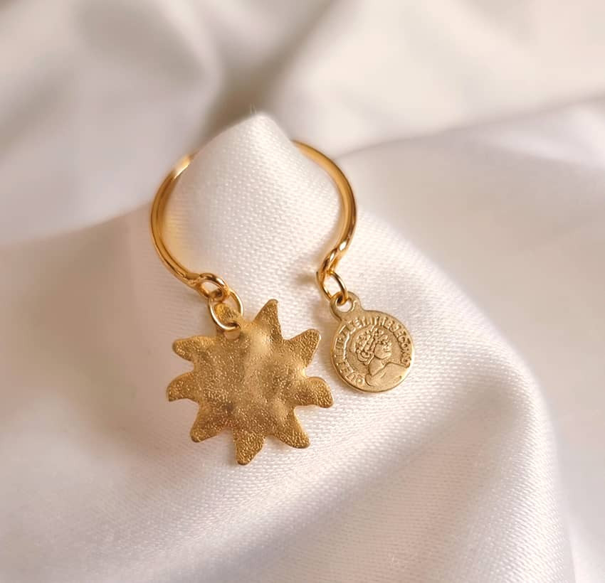 Gold-plated ring with charms, sun and gold pendant, lifstyle view 1| Gloria Balensi