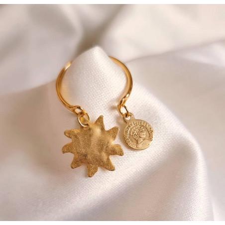 Bague plaqué or avec charms, soleil et pampille dorée, vue lifestyle 2| Gloria Balensi