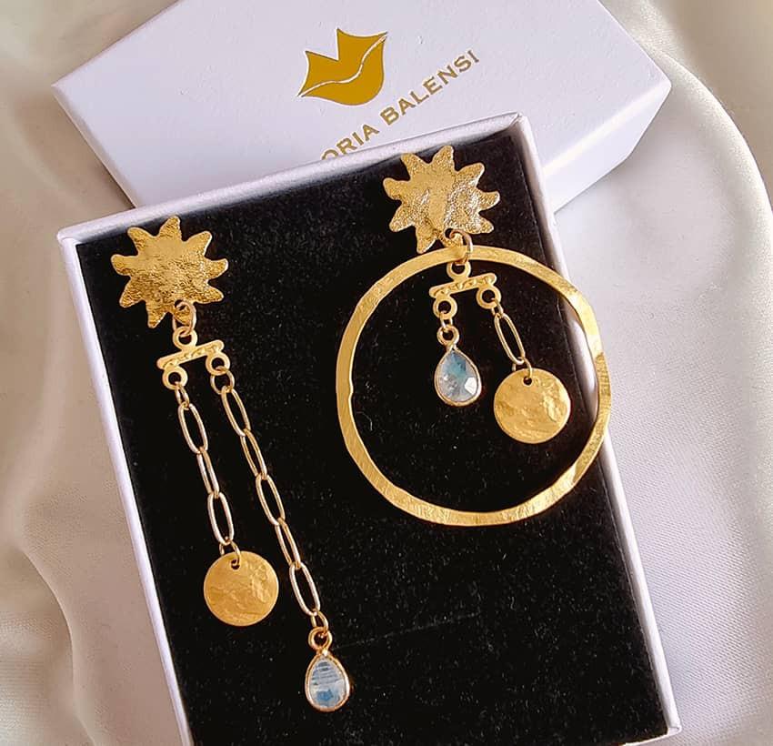 Boucles d'oreilles dépareillées plaqué or, pierre de lune, vue 1| Gloria Balensi