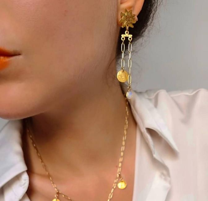 Boucles d'oreilles dépareillées plaqué or, pierre de lune, vue 2| Gloria Balensi