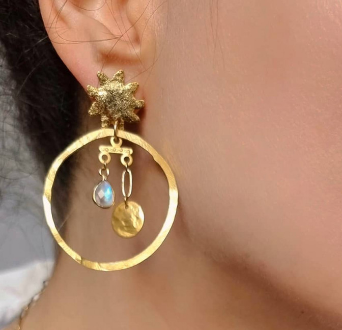 Boucles d'oreilles dépareillées plaqué or, pierre de lune, vue 3| Gloria Balensi