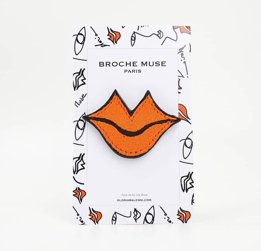 Broche femme MUSE brodée orange GLORIA BALENSI sur cuir de veau, vue de face