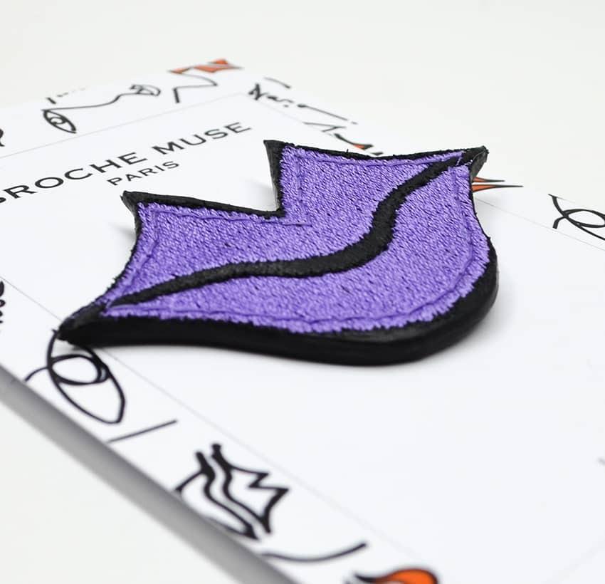 Broche femme MUSE brodée violet GLORIA BALENSI sur cuir de veau, vue couchée