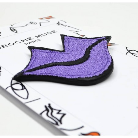 Woman's MUSE brooch embroidered in purple GLORIA BALENSI on calf leather, lying down view