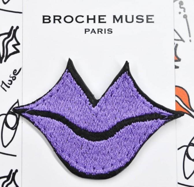 Broche femme MUSE brodée violet GLORIA BALENSI sur cuir de veau, vue zoom de face