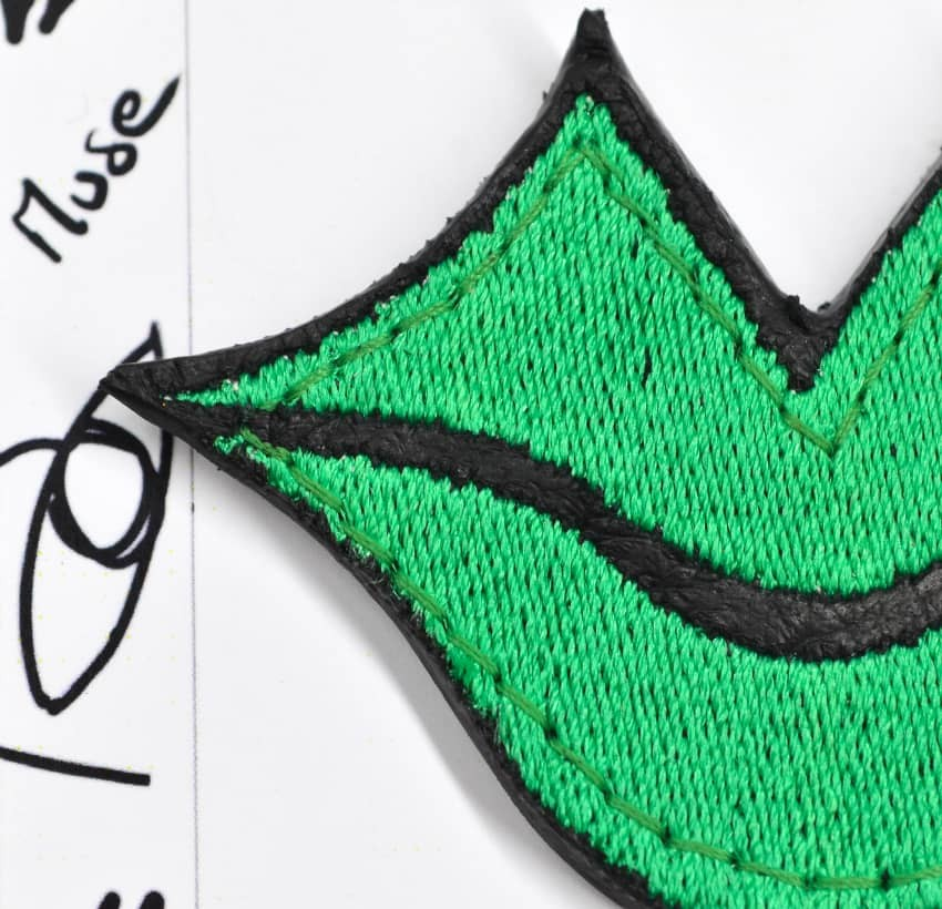 Broche femme MUSE brodée vert GLORIA BALENSI sur cuir de veau, vue zoom de face