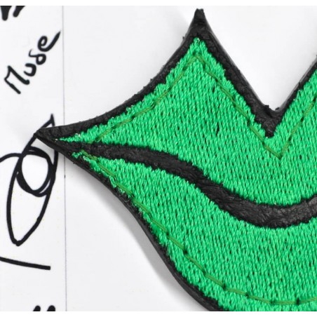 Woman's MUSE brooch embroidered in green GLORIA BALENSI on calf leather, front zoom view